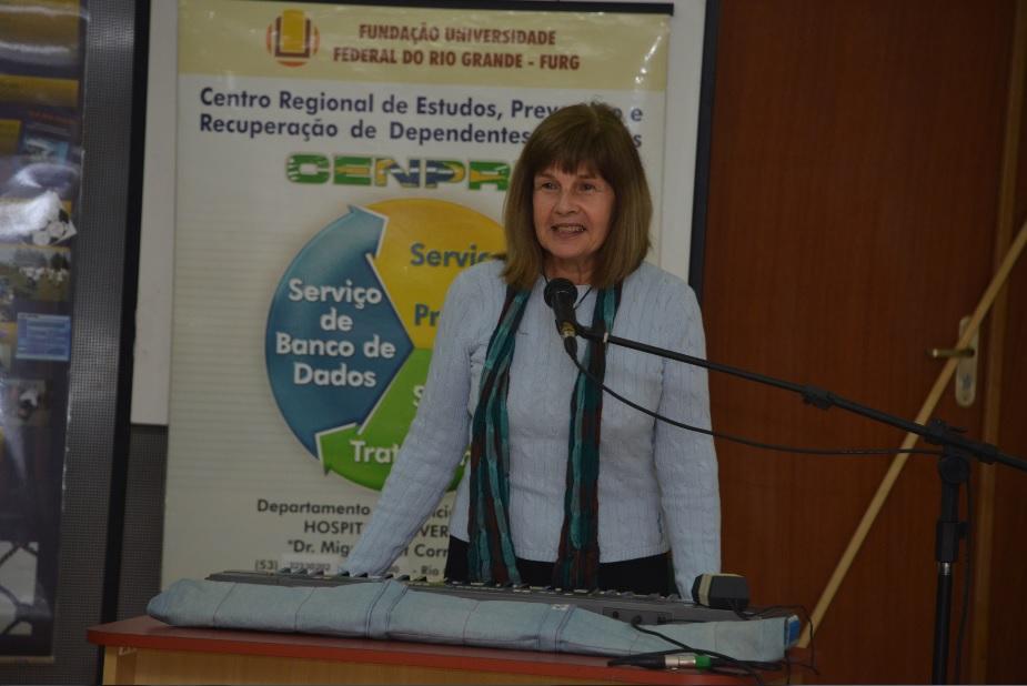Professora Elisabeth Schmidt durante apresentação do hino do Cenpre
